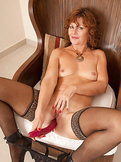 Horny cougar Cascade fucks herself hard using her rubber toy