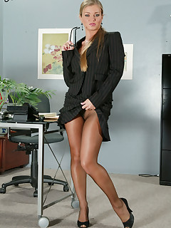 Kinky secretary doesn't wear panties, just her pantyhose, and she's not shy of spreading her legs.