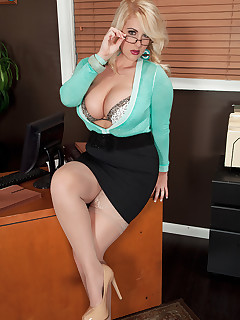 Scoreland - The Hot Secretary - Rockell (75 Photos)